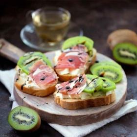 配熏火腿和猕猴桃的烤面包片