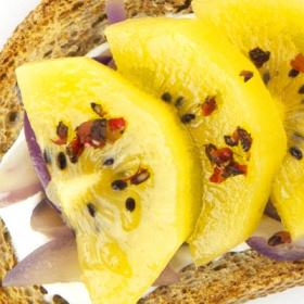 Crostini al kiwi giallo e cipolla di Tro...